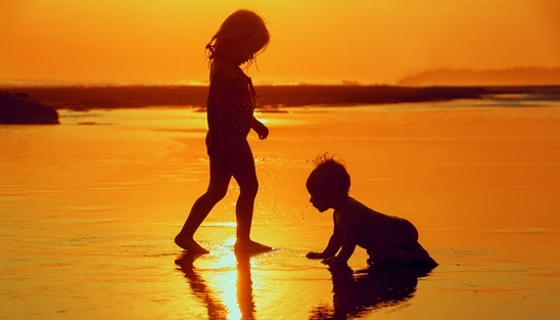 children-playing-with-fun-on-the-sunset-560[crop].jpg